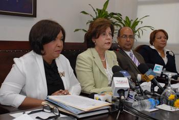 Al centro, la ministra de Educación, licenciada Josefina Pimentel, mientras ofrecía declaraciones a la prensa. Le acompañan, a la izquierda, la viceministra Minerva Vincent, y a la derecha, William Sifres y Susana Michel