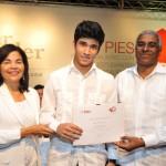 Leandra Tapia y Rolando Guzmán, entregan certificado a Miguel Alvarez, 1er. lugar de la Categoria Colegios
