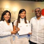 Leandra Tapia y Rolando Guzmán, entregan certificado a Pamela Jimenez, 1er. lugar de la Categoria Liceo.